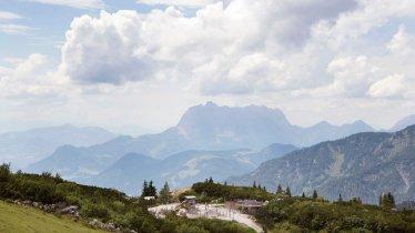 Triassic Park vor der Kulisse des Wilden Kaisers, © Tirol Werbung/Frank Bauer