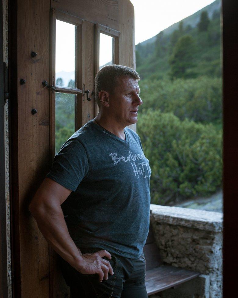 """Rupert """"Rupp"""" Bürgler schnauft einen Moment lang durch: Rupp, seine Lebenspartnerin Kerstin Schöneborn und ein 15-köpfiges Team halten den komplexen Hüttenbetrieb in Gang."""