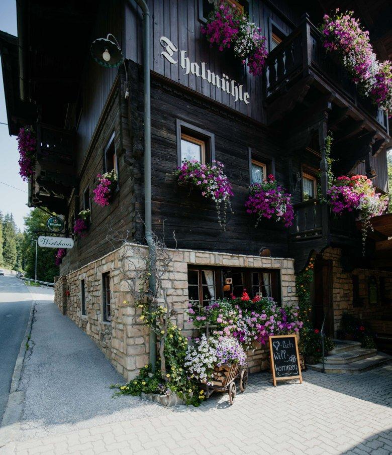 Das urige Wirtshaus liegt direkt an der Straße zwischen Oberau und Auffach