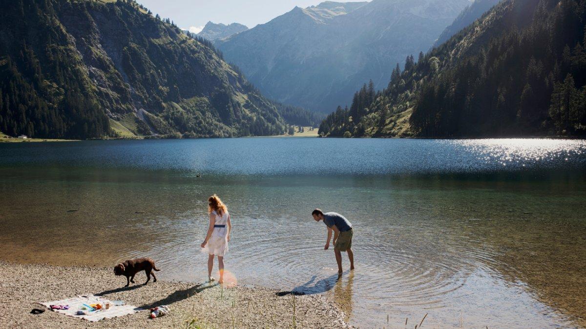 Baden mit Hund, © Tirol Werbung/Kathrein Verena