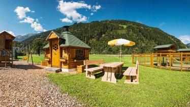 Panorama mit Spielplatz, Grillhütte und Tiergarten