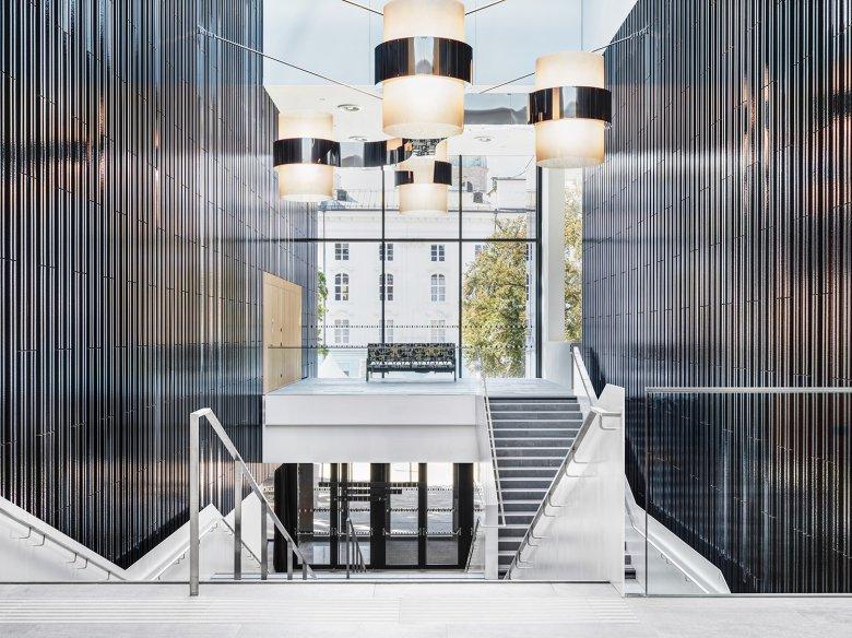 Eingangsbereich mit Lampe von Werner Feiersinger und Bühnensofa von Carola Dertnig.