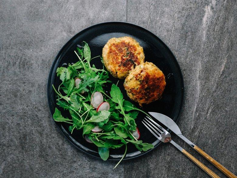 Schritt 5: Das fertige Gericht mit verschiedenen Salaten oder Suppe anrichten.