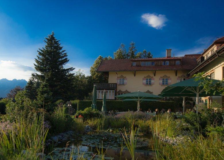 Vom Gastgarten des Grünwalderhofs hat man nicht nur eine grandiose Aussicht, die Kinder können hier auch Walderdbeeren pflücken und nach Herzenslust toben. (c) Restaurant Grünwalderhof