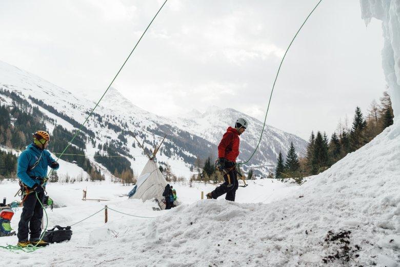 """Konzentration: Mit verzagten Schritten nähert sich unser Autor der Wand im Eispark Osttirol. Sein Lehrer Michael """"Michl"""" Amraser von den Kalser Bergführern sichert ihn von unten, gibt Tipps und verteilt – noch wichtiger – viel Lob."""