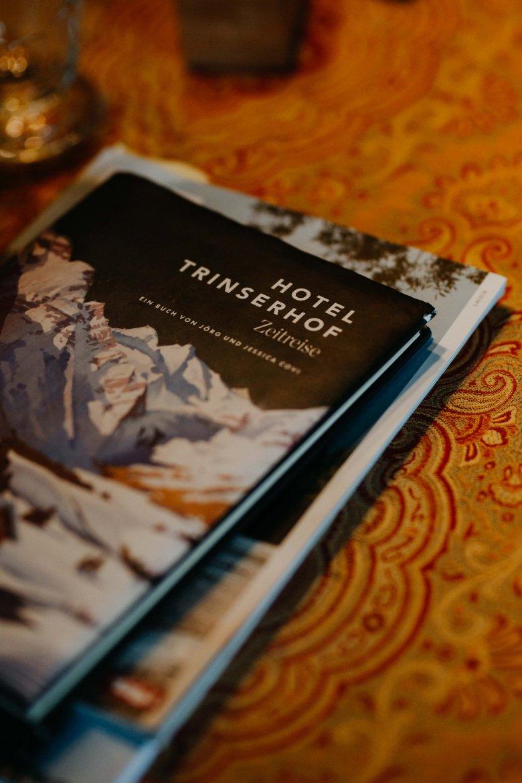 """Vater und Tochter haben gemeinsam das Buch """"Hotel Trinserhof – Zeitreise"""" geschrieben."""