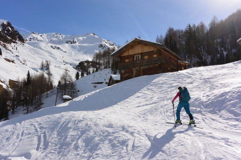 """Zweiter Tag, Skitour zum """"Roten Kinkele"""": Die Kamelisenalm ist ein echter Hingucker."""