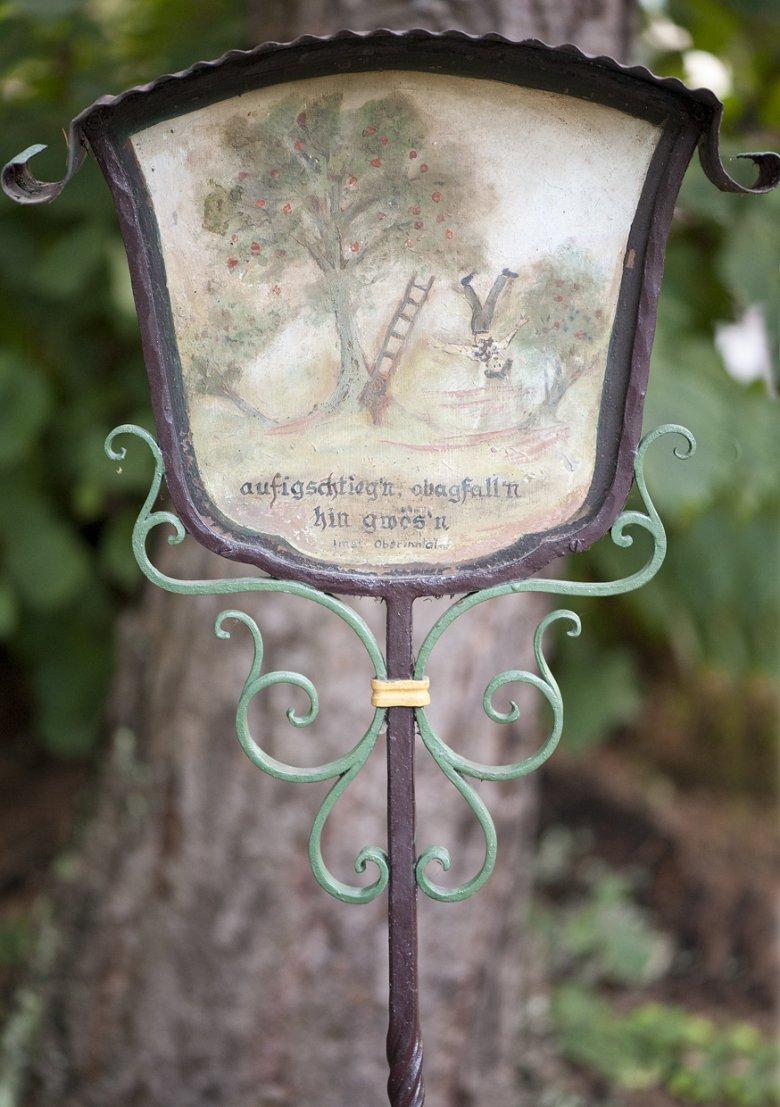 """Die lustigsten und skurrilsten Kreuze aus der Sammlung sind am """"lustigen Friedhof"""" zu bestaunen.  Foto: Verein Museumsfriedhof Tirol"""