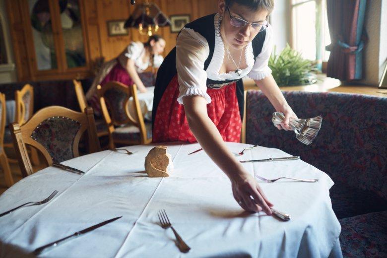 Eindecken, beraten, servieren, abräumen. Im Goldenen Lamm lernen die Azubis alles, was zu einem guten Service gehört.