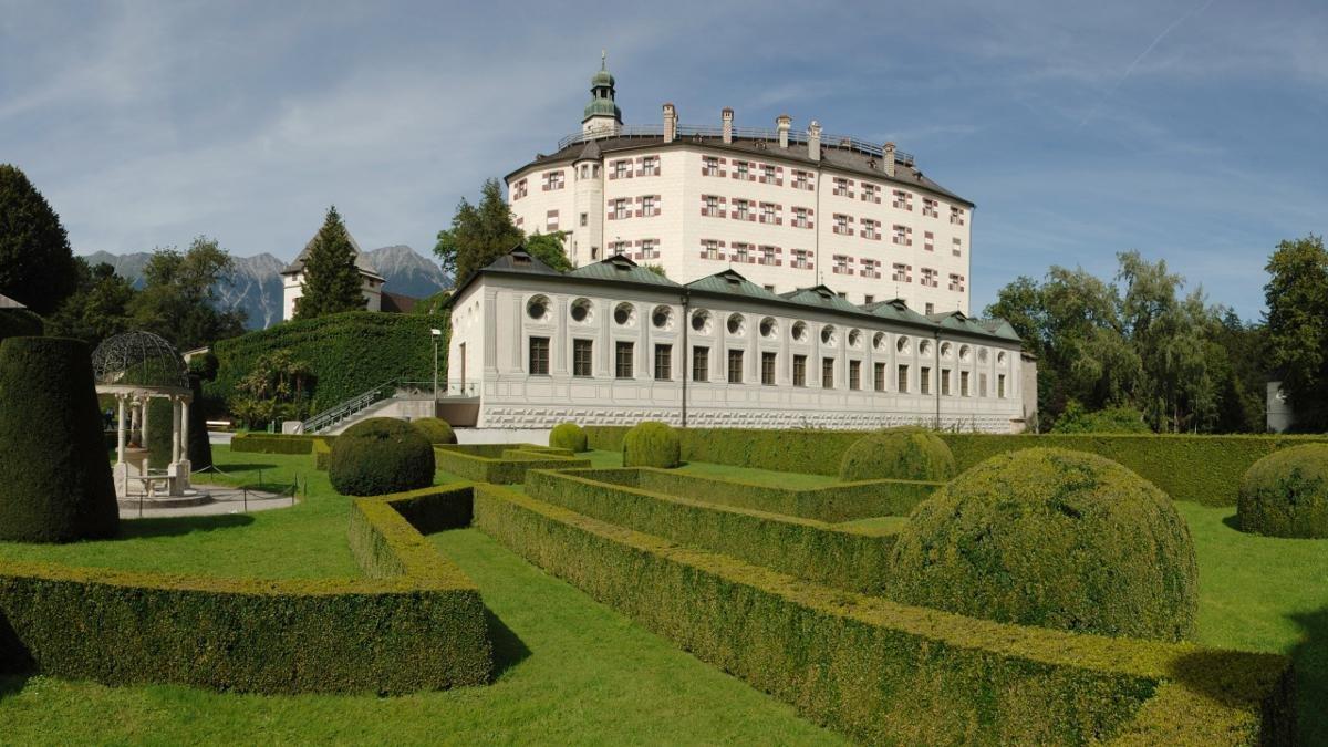 Man kann über die Hinterlassenschaft der Habsburger geteilter Meinung sein. Aber Schloss Ambras mit seiner spektakulären Kunst- und Wunderkammer, dem Spanischen Saal und dem märchenhaften Schlosspark möchten Innsbrucker keinesfalls missen., © Tirol Werbung/Bernhard Aichner