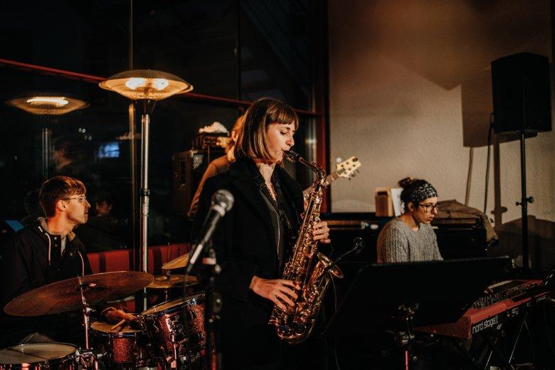Die Bandleaderin Yvonne Moriel am Saxofon im Treibhaus.