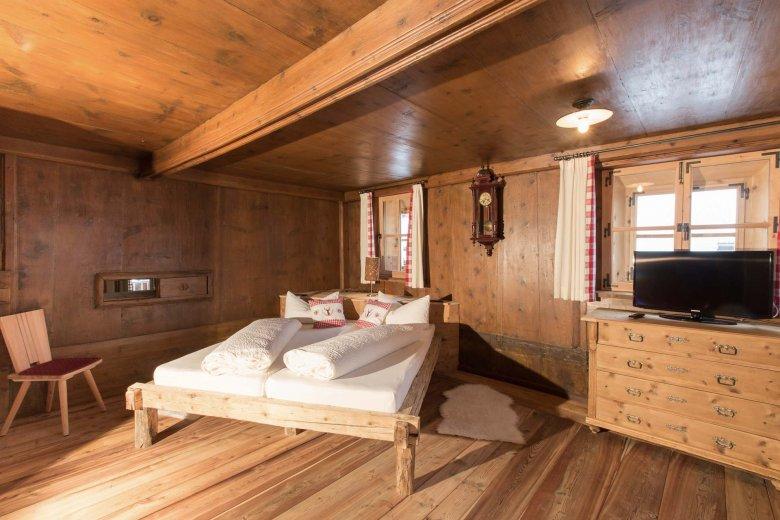 Fast wie anno dazumal, aber mit wesentlich mehr Komfort – die Schlafzimmer im Alpenjuwel.