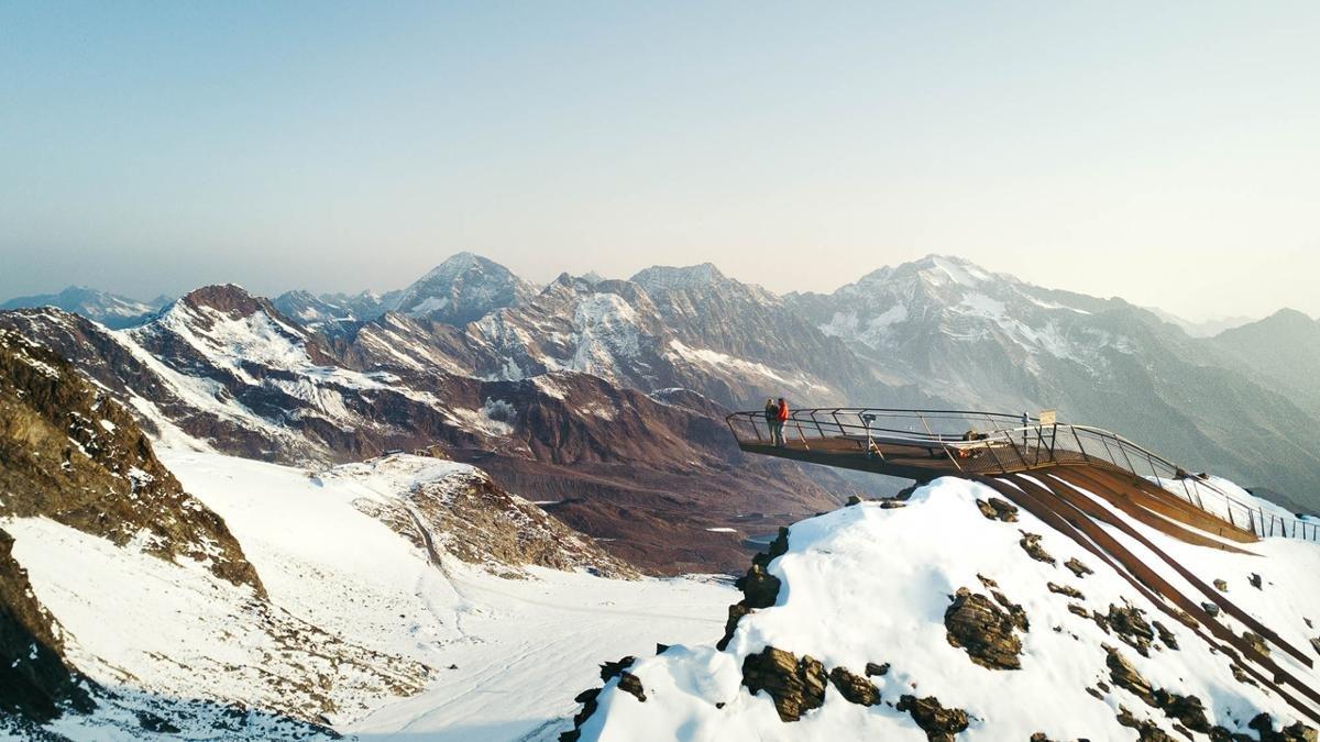 """Mehr als 100 Dreitausender-Gipfel sind von hier oben zu sehen. Die Aussichtsplattform """"Top of Tyrol"""" am Stubaier Gletscher bietet auf einer Höhe von 3.210 Metern einen faszinierenden Rundumblick in die Stubaier Alpen und Dolomiten., © TVB Stubai Tirol/Andre Schönherr"""