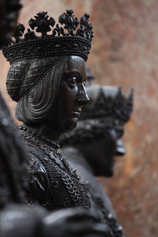 28 schwarze Mandern bewachen das Grabmal des Kaisers Maximilian I. , © Tirol Werbung, Bernhard Aichner