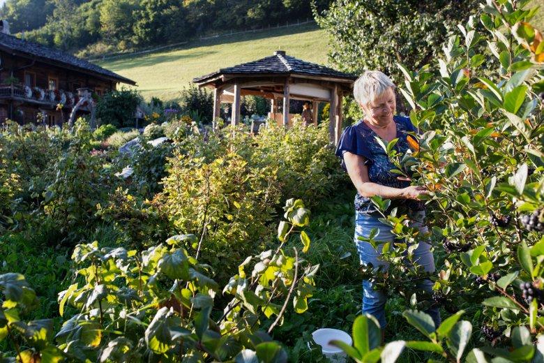 Regina Berger in ihrem Garten am Bartlerhof.