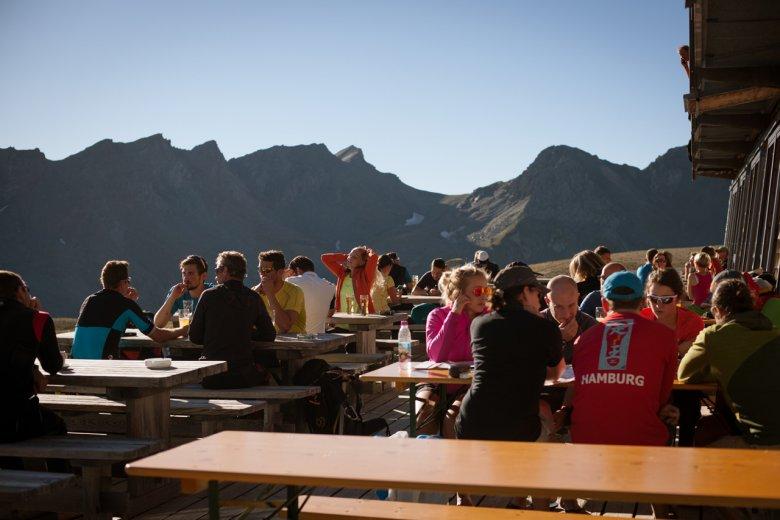 Unvergessliche Eindrücke in extremer Umgebung: Bei der wohlverdienten Rast auf der Terrasse der Stüdlhütte lassen Bergsteiger die Erlebnisse des Tages noch einmal Revue passieren.