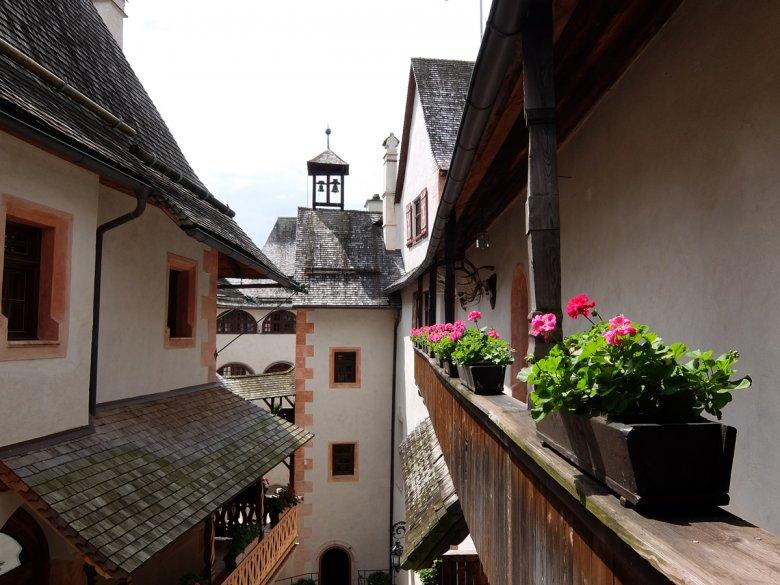 Überall gibt es verwinkelte Galerien, Türme, Treppen und Bögen – auf den viergeschoßigen Arkadenlässt es sich gut wandeln.