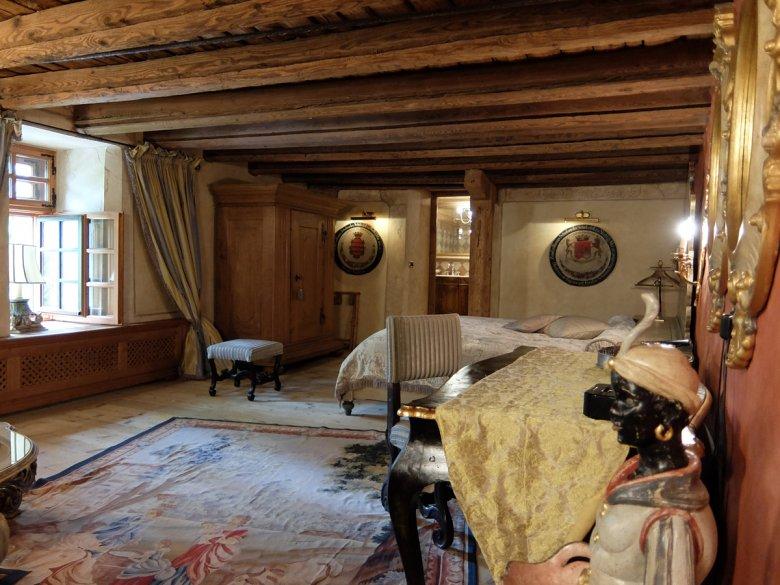 """Und dann geht es ins erste """"kleine"""" Doppelzimmer – die ehemalige Waffenkammer. Eigentlich könnte man hier eine geräumige 2 Zimmerwohnung unterbringen."""
