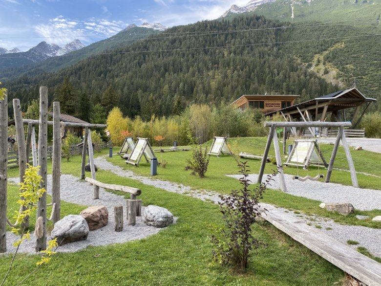 Spielplatz mit Naturlabyrinth am Lechweg. © Johanna Propstmeier, Isabella Hilti