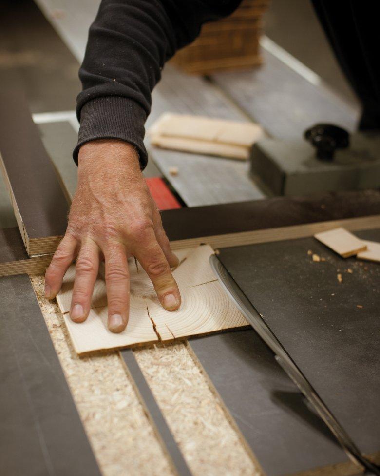 Das Holz wird in vier bis fünf Millimeter dünne Scheiben zugeschnitten.