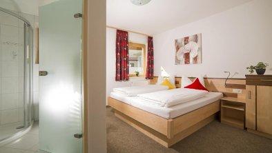 Appartments Taschler - Doppelzimmer mit Dusche, © Schlafzimmer
