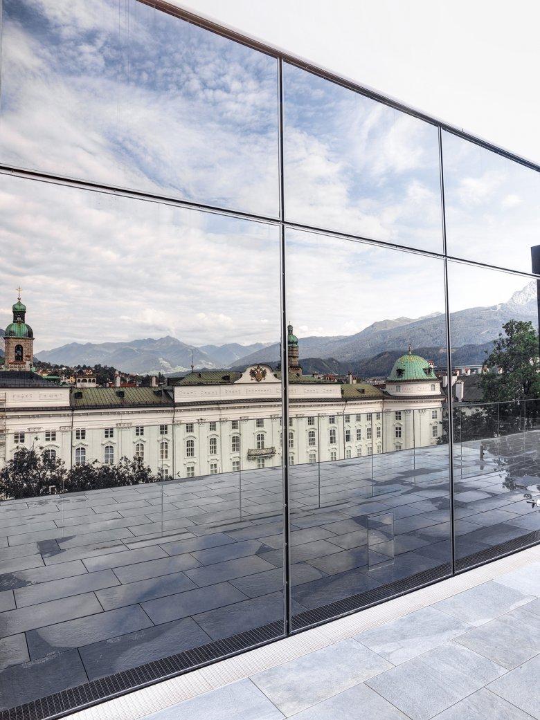 Die Hofburg spiegelt sich in der Fassade. Das Haus der Musik nimmt sich zurück und die historischen Gebäude in der Nachbarschaft kommen stärker zum Tragen.