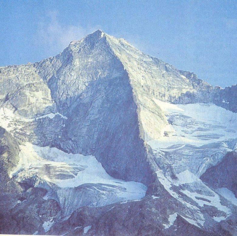 Der Grundschartner mit dem Mittergrat in Bildmitte. Der Grat gilt als einer der großen Kletter-Klassiker Tirols.