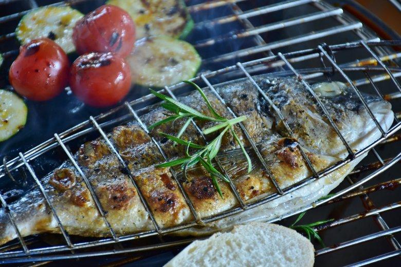 Es muss nicht immer Fleisch sein, auch ein Fisch macht sich gut auf dem Grill. Das Grillgemüse darf natürlich auch nicht fehlen.
