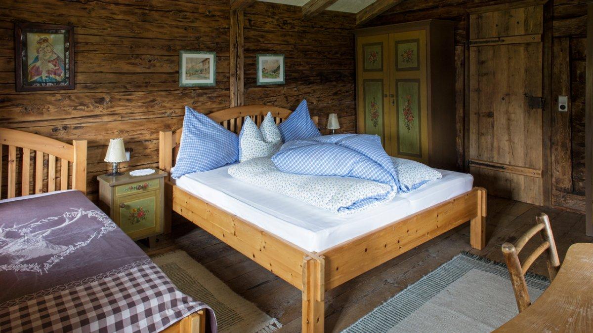 Drinnen wurde so viel Altes erhalten wie möglich, inklusive der Nachttischchen., © Tirol Werbung/Lisa Hörterer