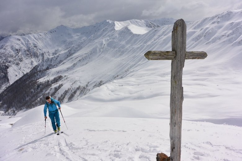 Ein namensloses Kreuz weist den Weg zum Gaishörndl.