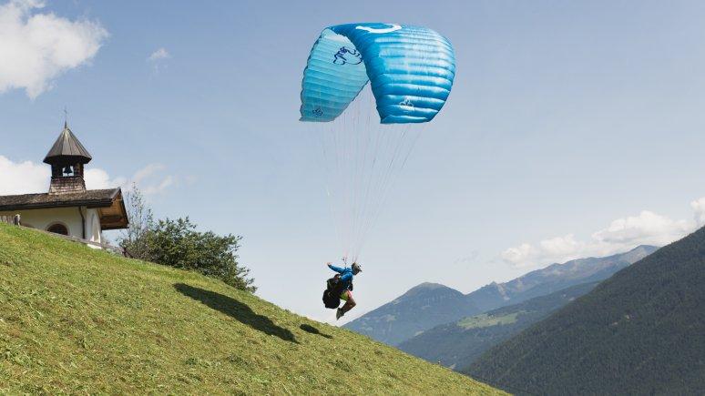 """Alban Klose von der Flugschule """"Human Eagle"""" im Stubaital, © Tirol Werbung/Bert Heinzlmeier"""