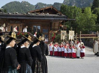 Prozession in Alpbach vor der Postalm