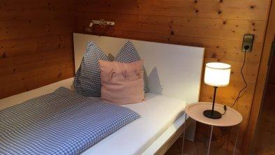 kleines Schlafzimmer mit Schrank, DU/WC