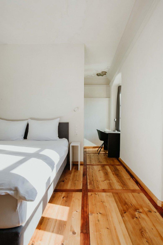 Die historischen Gemäuer werden durch zeitgemäße Möbel und Bäder komplettiert.