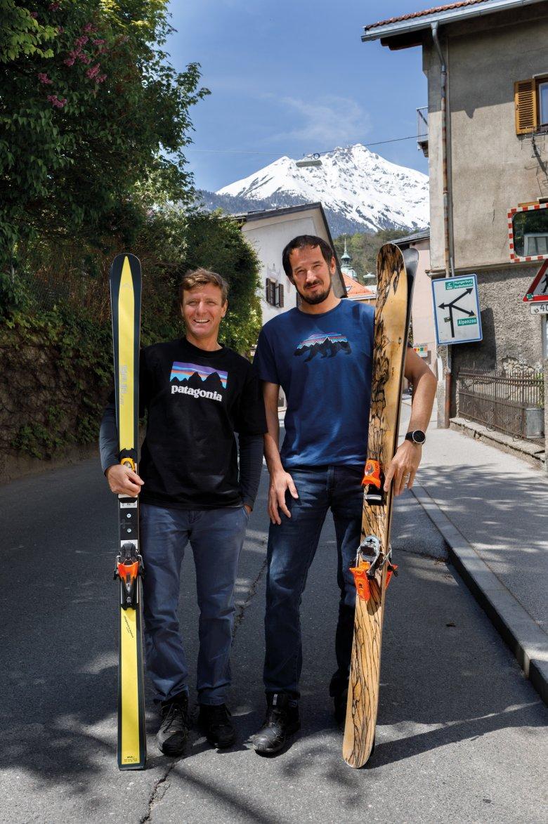 Zwei Holzköpfe: Die SPURart-Gründer Michael Freymann (links) und Peter Pfeifer mit ihren Lieblingsdesigns.