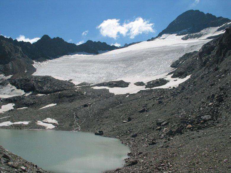 Wenn ein Gletscher zurückgeht, entstehen neue Seen. Dieser Hochgebirgssee ist noch mit grauer Gletschermilch gefüllt – mit einem mineralpartikelhaltigen Gletscherwasser. Foto: Ruben Sommaruga