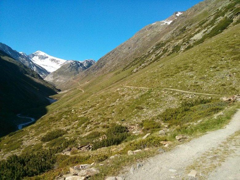 Vom Ortszentrum führt ein Fahrweg Richtung Süden, hier verläuft auch der europäische Fernwanderweg E5. (Foto: Michael Gams, Tirol Werbung)