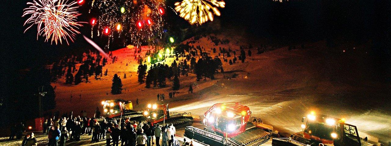 Ein farbenprächtiges Höhenfeuerwerk erleuchtet beim Jahreswechsel 2017/18 das Skigebiet Hochoetz, © Bergbahnen Oetz
