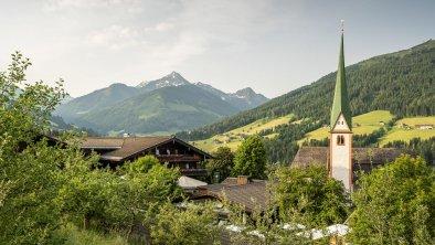 Ansicht Böglerhof im Grünen mit Kirche