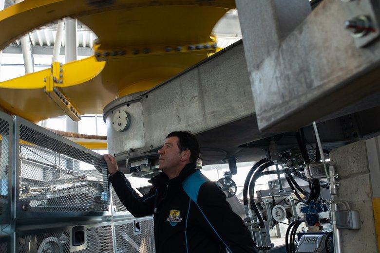 Betriebsleiter Josef Geisler checkt die Anlage.