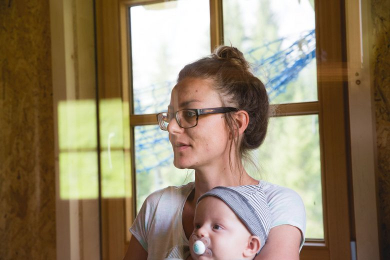 Claudia hält ihren Sohn Darius im Arm.