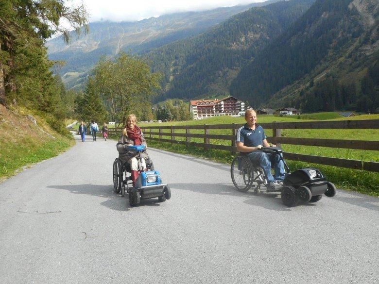 """Eelke und Tim mit den Swiss Tracs beim """"Spazieren"""" im Kaunertal. Die Zuggeräte können im Hotel Weisseespitze ausgeliehen werden."""