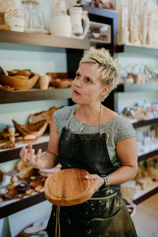 Die Drechselmeisterin in ihrem neuen Shop.