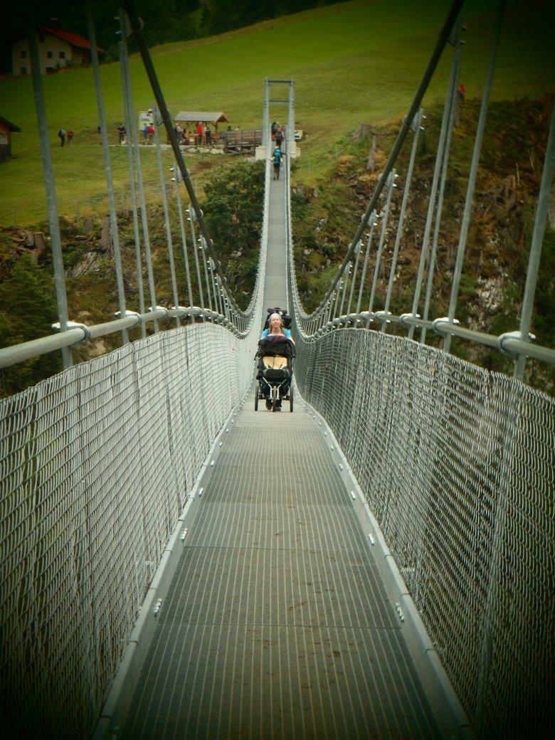 Auf der Holzgauer Hängebrücke (c) Tirol Werbung – Julia König