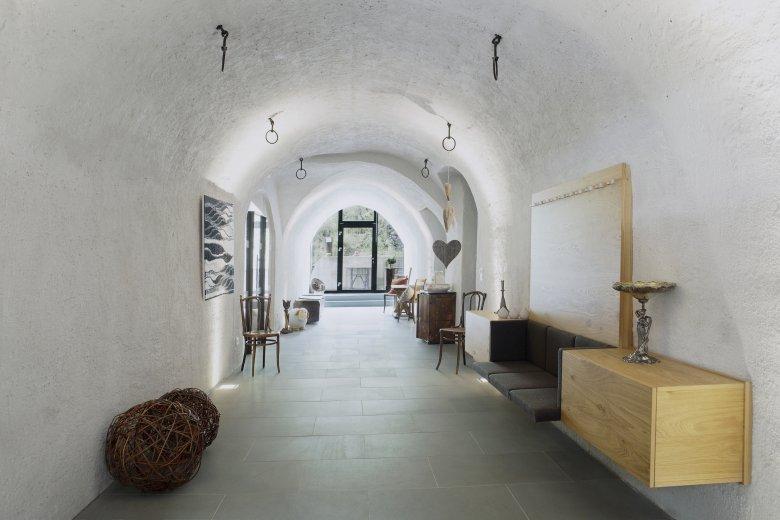 Nach der Sanierung: Der Hausflur mit altem Rundgewölbe und modernem Mobiliar.