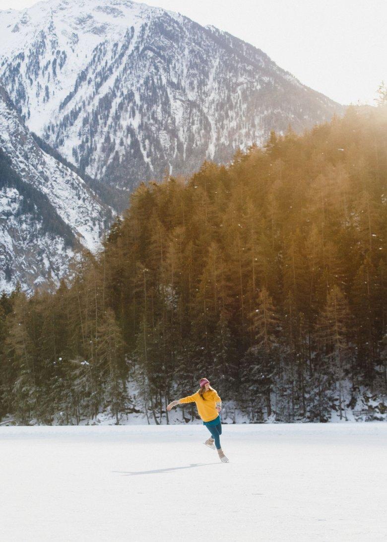Schlittschuhlaufen in der märchenhaften Bergkulisse am Piburger See.