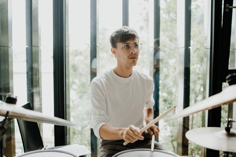 Lukas Klement, der Drummer des Yvonne Moriel Quartett.