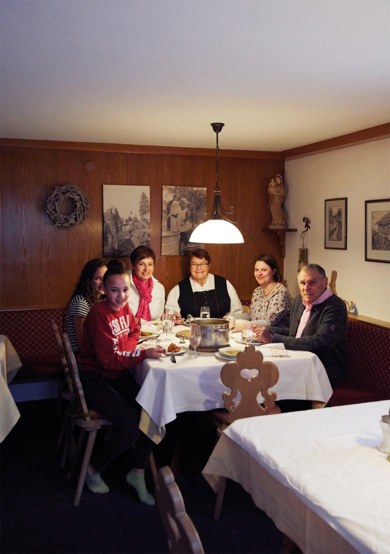 Stammgast Janine Gerger (Dritte von links).