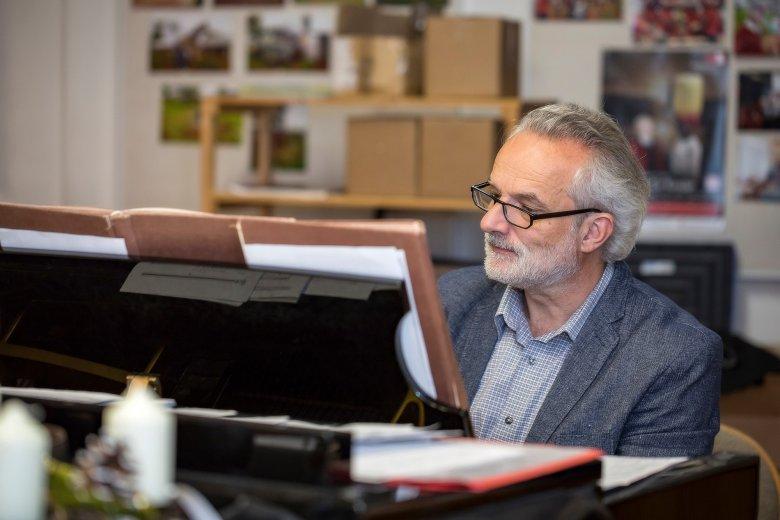 Johannes Stecher, künstlerischer Leiter der Wiltener Sängerknaben, bei der Probe am Klavier.