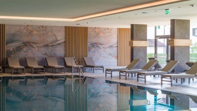 Hotel Sonne - Innenpool mit Liegebereich, © Hotel Sonne Besitz GmbH